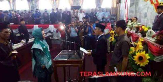 Ketua DPRD Lampung Utara, Romli mengambil sumpah Sandy Juwita sebagai anggota DPRD Lampung Utara, Senin, 14 Oktober 2019.