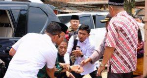 Menkopolkam Wiranto diserang oleh pria yang menggenggam pisau dalam kunjungan Ponpes Mathla'ul Anwar, Labuan, Banten,pada Kamis siang, 10 Oktober 2019. Foto: Istimewa
