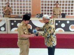 Walikota Herman HN menerima plakat dari Kementrian Keuangan RI yang diberikan oleh Kepala Kantor Wilayah Direktorat Jenderal Perbendaharaan Provinsi Lampung Sofandi Arifin.