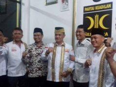 Hery Putra (tengah atau keempat dari kiri) usai mengikuti pendalaman visi misi di Kantor DPW PKS Lampung, Rabu malam (22/2/2020).