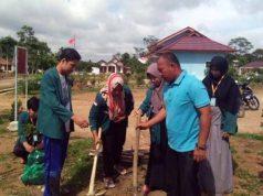 Mahasiswa KKN Unila menanam pohon alpukat di Kampung Paduan Rajawali, Kecamatan Meraksa Aji, Tulangbawang, Jumat (3/1/2020). Foto: dok Situs Kampung Paduan Rajawali
