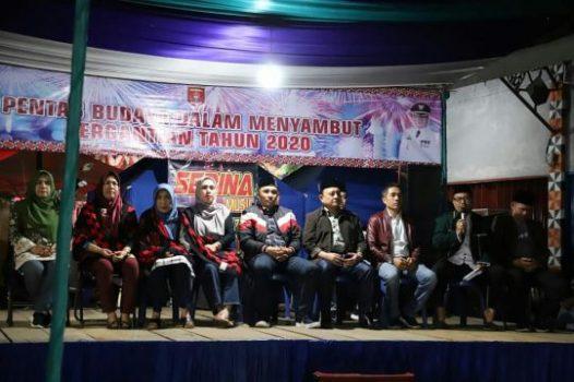 Bupati Lampung Barat Parosil Mabsus dan para pejabat Lambar dalam acara menyambut tahun baru di Liwa. Selasa malam (31/12/2019).