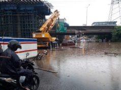 Sejumlah pengendara terjebak genangan air di underpass Tol Caman/Kalimalang, Jakarta Timur, Selasa (25/2/2020).
