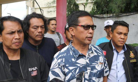 Direktur Reserse Kriminal Umum (Dirreskrimum) Polda Lampung, Kombes Pol M Barly Ramadhany saat memberikan keterangan kepada awak media di RS Bhayangkara terkait penangkapan kedua pelaku begal asal Lamtim yang tewas dihadiahi timah panas, (Sabtu (1/2/2020). Foto Ist.