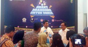 Kepala Perwakilan Bank Indonesia Provinsi Lampung, Budiharto Setyawan, memberikan keterangan kepada para wartawan terkait pelatihan smart branding melalui medsos bagi penggiat UMKM, Sabtu (29/2/2020).