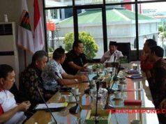Walikota Herman HN didampingi Sekdakot Badri Tamam dan kepala OPD memberi penjelasan tentang P2KM kepada Wakil Bupati Jembrana, Bali I Made Kembang Hartawan (kiri).