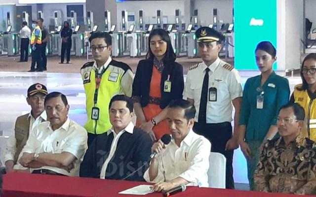 Presiden Joko Widodo, didampingi Menteri Kesehatan Terawan Agus Putranto (kanan), Menteri BUMN Erick Thohir (kiri), dan Menteri Koordinator Bidang Kemaritiman dan Ivestasi Luhut Binsar Pandjaitan menyampaikan keterangan soal penangkalan Covid-19 di Terminal 3 Bandara Soekarto-Hatta, Tangerang, Banten, Jumat (13/3/2020). - Bisnis/Muhammad Khadafi