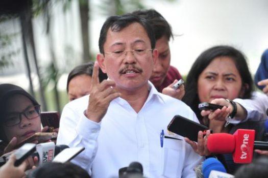 Menkes Terawan menjawab pertanyaan wartawan terkait virus corona, di Halaman Istana Kepresidenan, Provinsi DKI Jakarta, Senin (2/3).