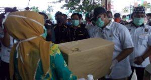 Ketua PKS Lampung Utara, Agung Utomo menyerahkan bantuan APD dan lainnya kepada pihak RSUD M.Ryacudu