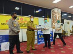 Gubernur Lampung Arinal Djunaidi menerima bantuan APD dari warga perantau Lampung yang ada di Jakarta, di Kantor Pemprov Lampung, Selasa (21/4/2020).