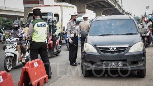 Petugas gabungan Polisi dan Dinas perhubungan saat melakukan penyekatan pemudik di Jalan Kalimalang, Bekasi, Jawa Barat, Selasa, 28 April 2020. Pemeriksaan diantara perbatasan Bekasi dan Jakarta tersebut untuk menindaklanjuti kebijakan larangan mudik selama pandemi virus COVID-19. TEMPO/M Taufan Rengganis