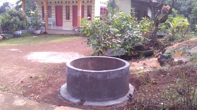 Tempat sampah yang terbuat dari coran semen yang sudah terpasang disejumlah rumah warga dilingkungan Dusun Umbul Keong 2, Desa Sidodadi, Kecamatan Sidomulyo, Lampung Selatan. Tempat sampah tersebut, dikerjakan secara swadaya dan gotong-royong oleh masyarakat setempat.