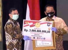 Gubernur Lampung menerima hadiah untuk tiga kategori lomba simulasi new normal yang digelar Kemendagri.