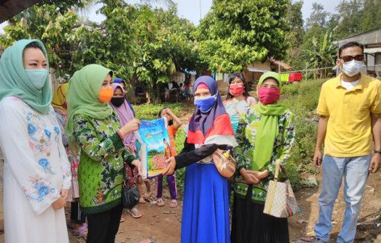 Muslimat NU Lampung membagikan 100 kantong beras kepada warga Kampung Bakung.
