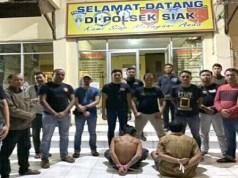 Kedua pelaku pembunuhan pelatih Sekolah Sebak Bola (SSB) Lampung Timur, SS (40) dan Mm (45) saat diamankan tim gabungan Tekab 308 Polres Lampung Timur dan Reskrim Polres Siak, Riau. (foto: Ist)