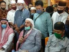 Syekh Ali Mohamed Jaber memberikan keterangan pers atas kejadian penusukannya di Rumah Makan Baba Rayan, Bandarlampung, Senin (14/9/2020). Foto: Teraslampung.com/Dandy Ibrahim