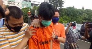 Alfin Andrian (24) tersangka penusukan Syekh Ali Jaber saat dibawa petugas Satreskrim Polresta Bandarlampung