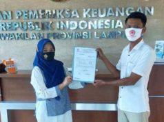 Ketua PGK Lampung Utara, Exsadi (kanan) menyerahkan surat permintaan mereka ke BPK Perwakilan Lampung, Rabu (21/10/2020).