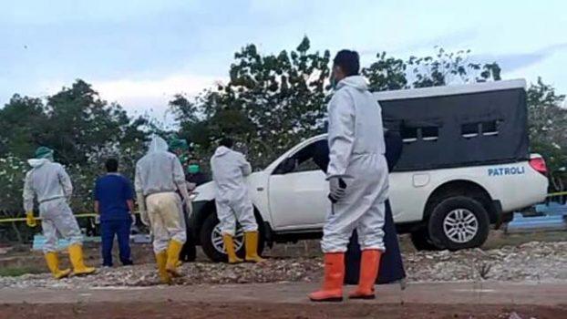 Petugas sedang menyiapkan pemakaman A, warga Sidomulyo, Lampung Selatan yang meninggal karena Covid-19, Kamis (1/10/2020). Foto