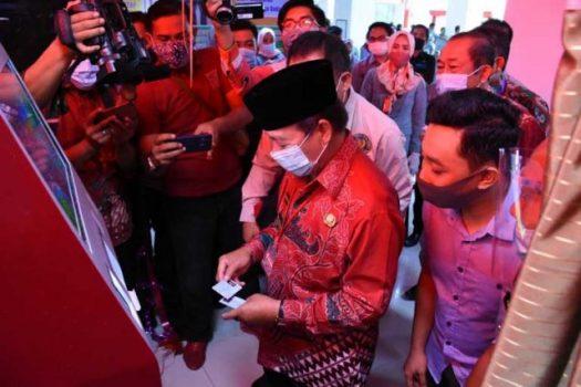 Walikota Herman HN mencoba Anjungan Mandiri Dukcapil (ADM) yang berada di Gedung Pelayanan Satu Atap.