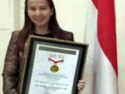 Dr TheresiRekor MURI - Penghargaan MURI untuk Dr. Theresia Monica Raharjo tercatat sebagai rekoris Pelopor Tatalaksana Terapi Plasma Konvalesen. (Photo Dok. INTI Jateng)a Monica Rahardjo