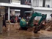 Petugas PDAM Way Rilau Kota Bandarlampung tengah memperbaiki pipa bocor di Jalan P. Emir M Noor.