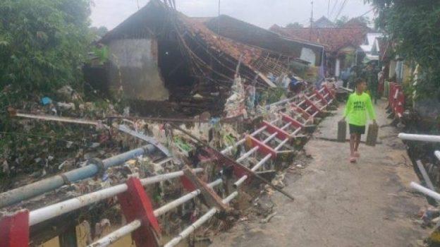 Kondisi jembatan dan rumah di Blok Anjun,Kecamatan Kadipaten yang ambruk diterjang banjir. (Foto: istimewa)