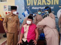 Bupati Budi Utomo menyaksikan proses vaksinasi yang dilakukan atas Wakil Ketua III DPRD Lampung Utara, Joni Saputra