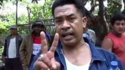 EM memberikan keterangan kepada wartawan setelah 'sukses' mnggerebek istrinya, Kades Dandanggending, Kecamatan Nguling, Kabupaten Pasuruan, Jawa Timur, Minggu pagi (21/3/2021). Foto: Istimewa