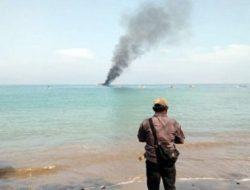 Diduga Gunakan Pukat Harimau, Nelayan Tanggamus Bakar Kapal Trawl KM Sekar Tanjung