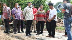 Bupati Lampung Selatan, Nanang Ermanto, menyambangi korban rumah roboh di Dusun Buring, Desa Sukabaru, Kecamatan Penengahan, Jumat (18/6/2021)