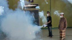 Ketua LK I Tanjung Harapan, Admaja menyaksikan proses penyemprotan disinfektan di Masjid Al-Misbah