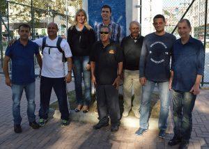 Condutores da Tocha Olímpica e secretários de Esportes, Luiz Otávio Oliveira, e de Turismo, Elias Martins, na Praça Olímpica