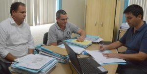 Raphael Teixeira, secretário de Agricultura, oficializa o recebimento dos 300 pranchões de eucalipto com representantes da Viação 19 de Janeiro