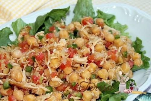 Salada de grão de bico com frango desfiado