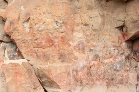Inúmeras pinturas, de diferente épocas, sobrepostas