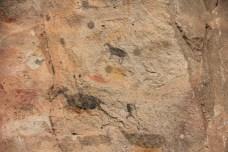 Repare o caçador, no canto inferior direito, correndo atrás da caça. Esta técnica de pintura dinâmica é característica da primeira geração, há cerca de 9 mil anos