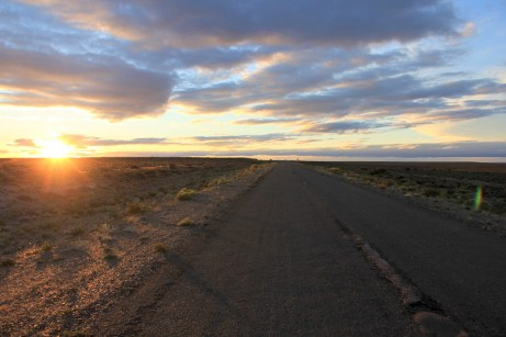 Lindo pôr-do-sol na rodovia 40