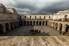 Imensa praça no centro histórico