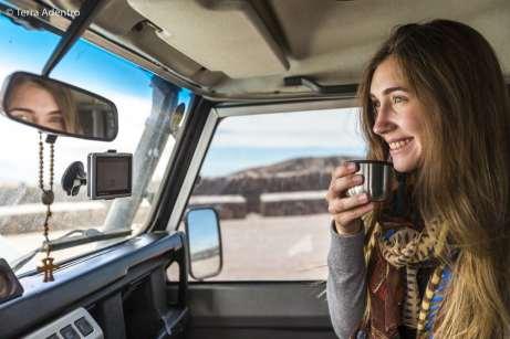 Tomando um pouco do chá para aliviar o desconforto da altitude
