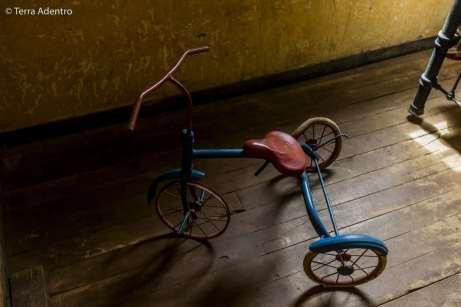 Um triciclo que pertenceu a uma das muitas crianças que viviam na cidade