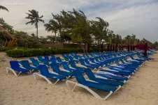 ... de muitas praias estarem tomadas por gigantescos resorts