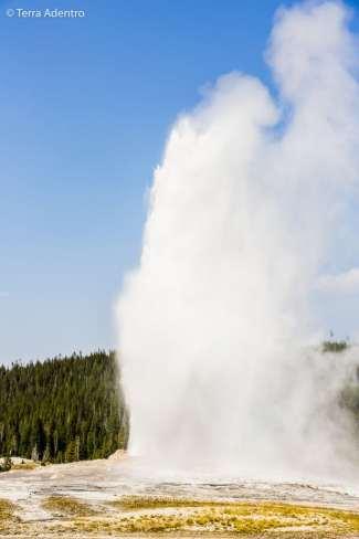 O Old Faithful expele água fervente a uma altura de até 55 metros