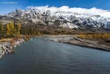 Athabasca River, representando uma das imagens mais icônicas da América do Norte: o rio que escorre das cordilheiras nevadas