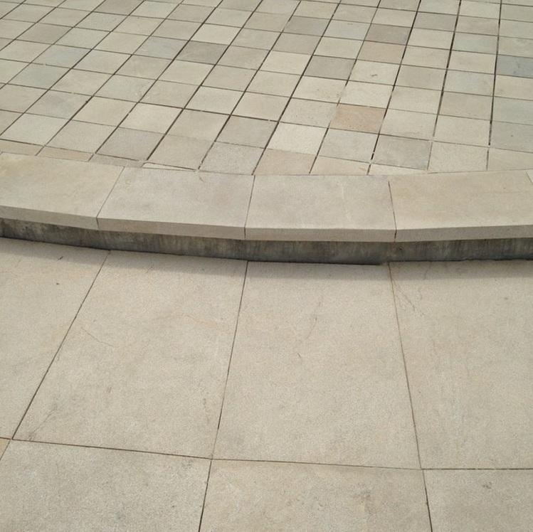 mármol piso y borde de escalón martelinado