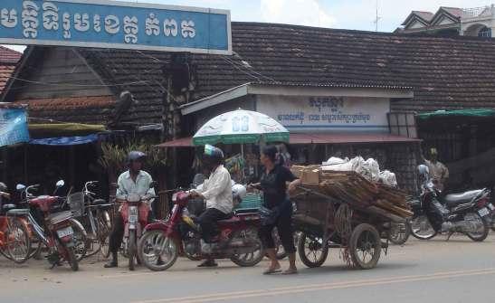 KampotWomenPullingCart