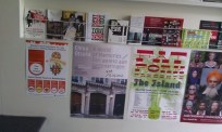 Tourist Save The World posters in de stad