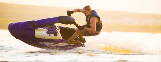 hombre en una moto de agua