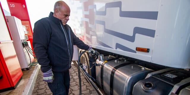 Repostando gasolina en un camión