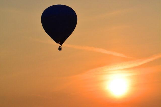 globo aerostatico al atardecer esparciendo cenizas